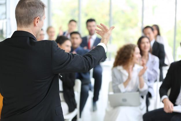 Grupo de empresarios en negocios exitosos educación en seminario Foto Premium