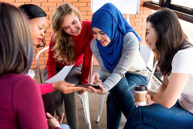 Grupo de encuentro casual de mujeres multiétnicas para proyecto social. Foto Premium