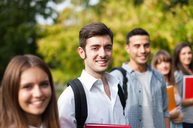 Grupo de estudiantes en una fila Foto Premium