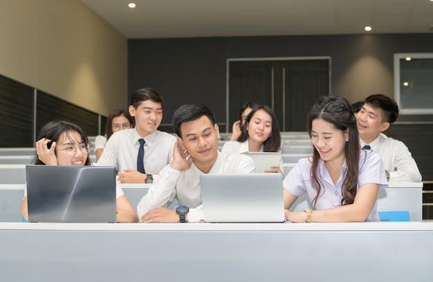Grupo de estudiantes trabajando con laptop Foto Premium