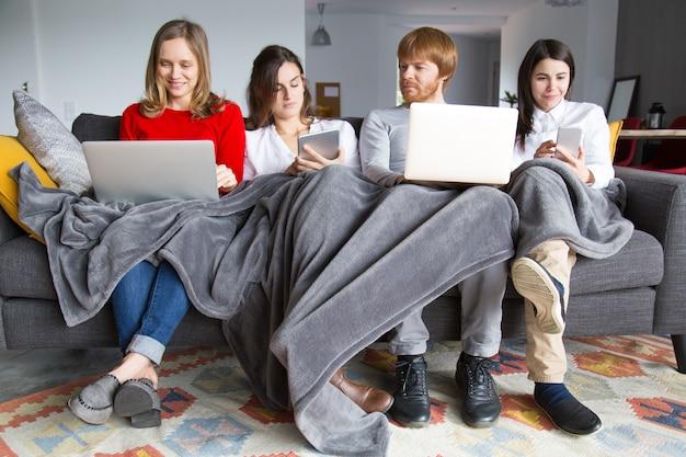 Grupo de estudiantes trabajando en su tarea de hogar. Foto gratis