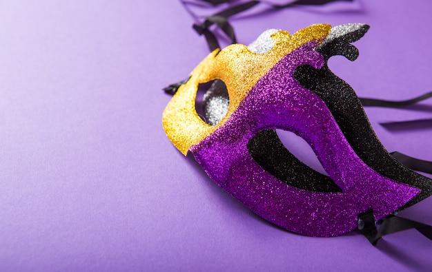 Un grupo festivo y colorido de carnaval o máscara de carnivale sobre un fondo morado. máscaras venecianas. Foto Premium