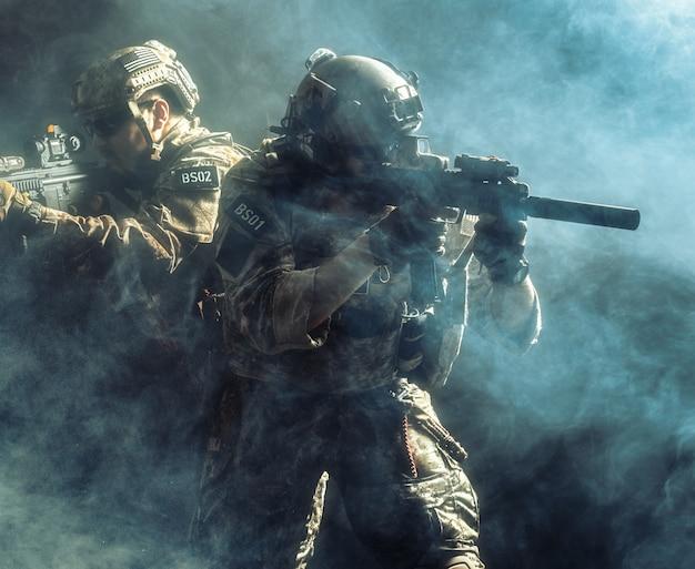 Grupo de fuerzas de seguridad en combate de uniformes con fusiles. Foto Premium