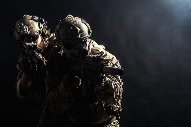 Grupo de fuerzas de seguridad en uniformes de combate con rifles Foto Premium