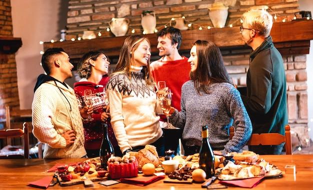 Grupo de gente feliz celebrando la fiesta de navidad en la cena cena fest Foto Premium