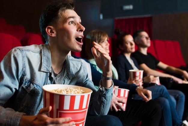 Grupo de gente joven en el cine Foto gratis