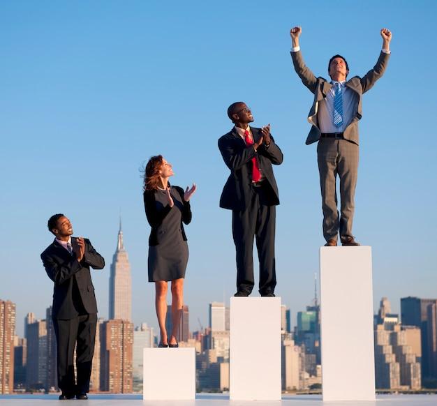 Grupo de gente de negocios diversa con gráfico de crecimiento. Foto gratis