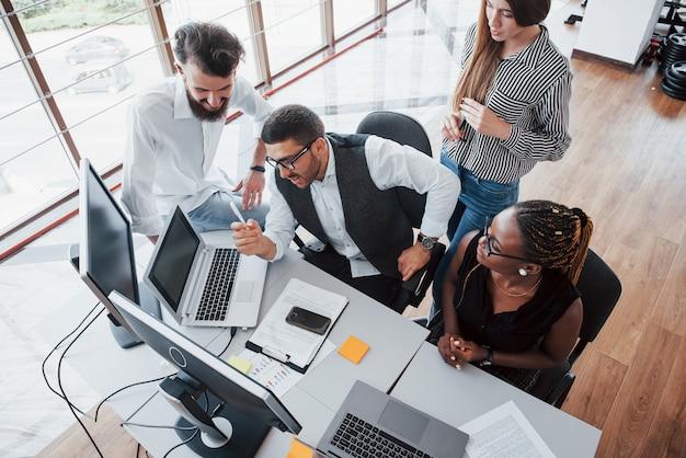 Un grupo de gente ocupada multinacional que trabaja en la oficina. Foto gratis