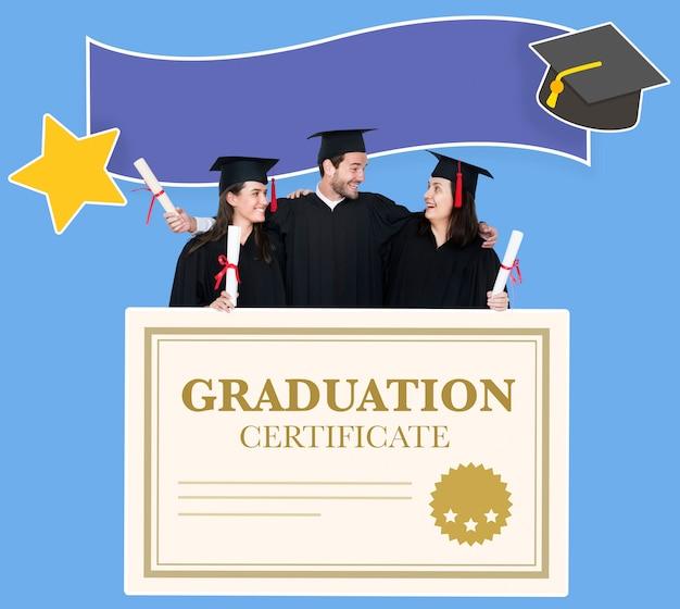 Grupo de graduados en toga y birrete con certificado de graduación. Foto gratis