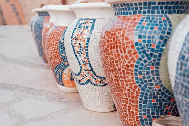Grupo de grandes jarras de barro con mosaico. Foto Premium