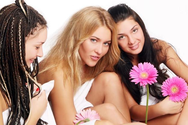 Grupo de hermosas mujeres jóvenes Foto gratis