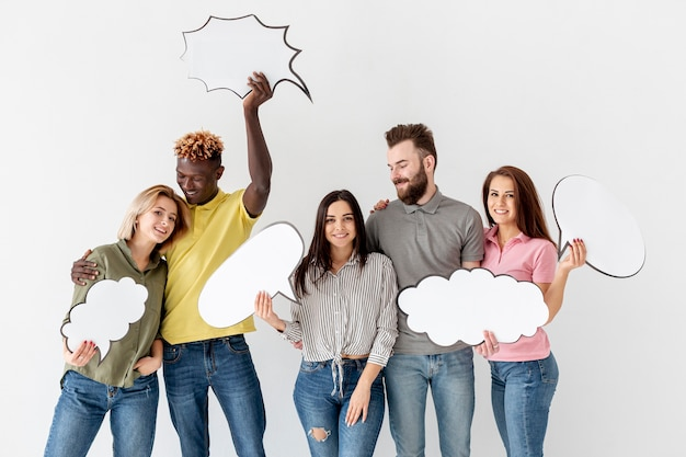 Grupo de jóvenes amigos con burbujas de chat | Foto Gratis