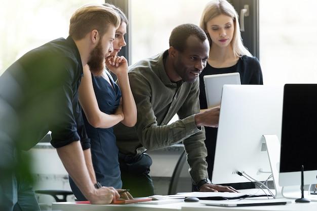 Grupo de jóvenes empresarios en una reunión en la oficina Foto gratis