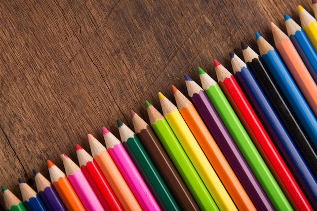 Grupo de lápices coloridos en el concepto de madera de la herramienta del equipo de la galería de las ilustraciones del fondo de la tabla Foto Premium