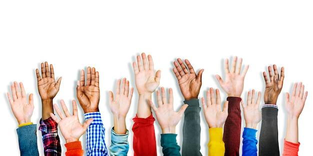 Grupo de manos diversas multiétnicas levantadas Foto gratis