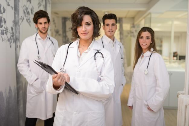 Grupo de médicos exitosos en el hospital Foto gratis
