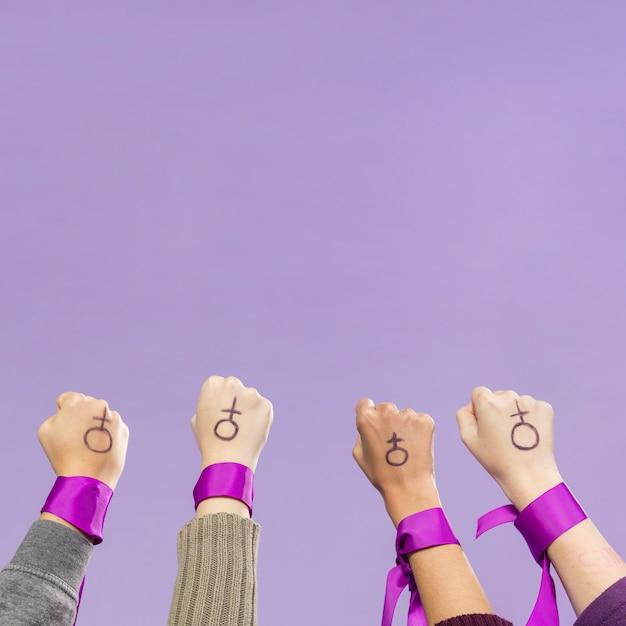 Grupo de mujeres activistas protestando juntas Foto gratis
