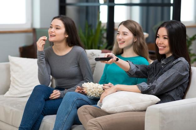 Grupo de mujeres adultas viendo televisión juntos Foto gratis