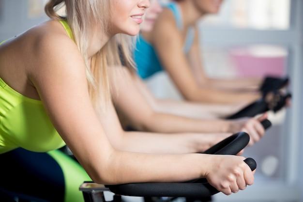 Grupo, mujeres, ciclismo, cardio, entrenamiento Foto gratis