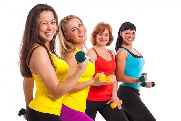 Grupo de mujeres haciendo ejercicio sobre fondo Foto gratis