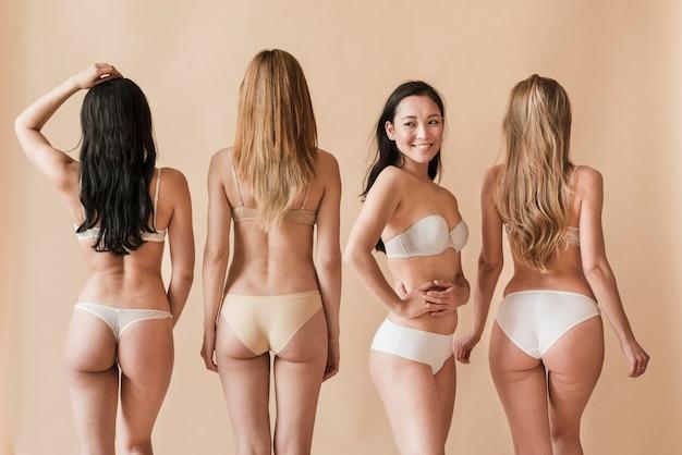 Grupo De Mujeres Jóvenes En Ropa Interior De Pie En
