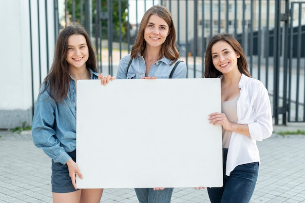 Grupo de mujeres marchando juntas Foto gratis
