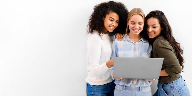 Grupo de mujeres de negocios navegando por una computadora portátil Foto gratis