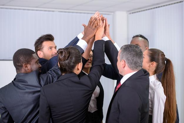 Grupo multiétnico empresarios felices en la oficina Foto Premium
