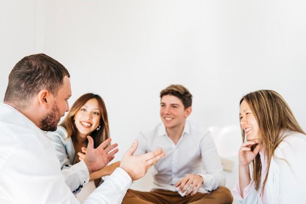 Grupo multirracial de compañeros de trabajo escuchando al hablante. Foto gratis