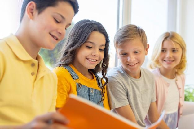 Grupo de niños leyendo juntos Foto Premium