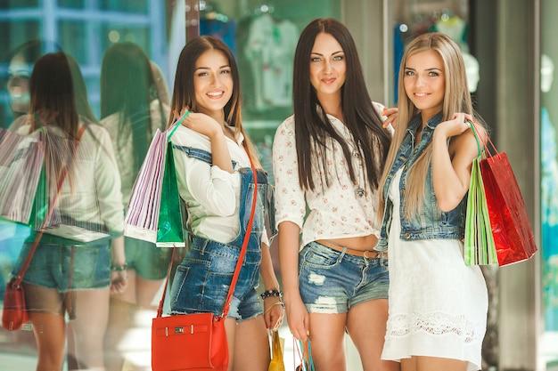 Grupo de novias alegres jóvenes de compras Foto Premium