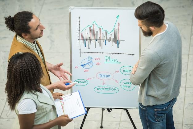 Grupo de personas creativas discuten proyectos importantes juntos. Foto Premium