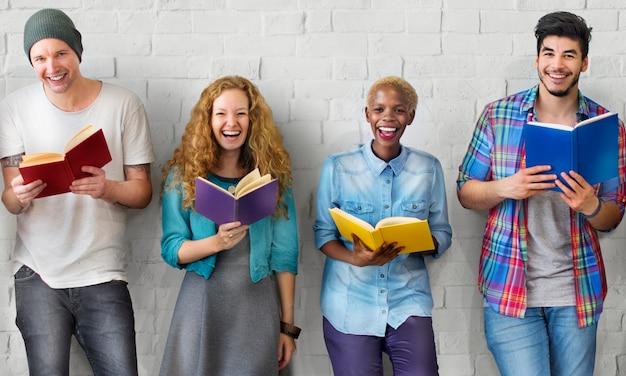 Grupo de personas diversas están estudiando juntos. | Foto Premium