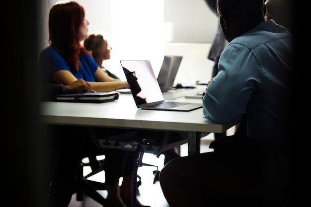 Grupo de personas diversas que asisten al curso de negocios de inicio. Foto gratis
