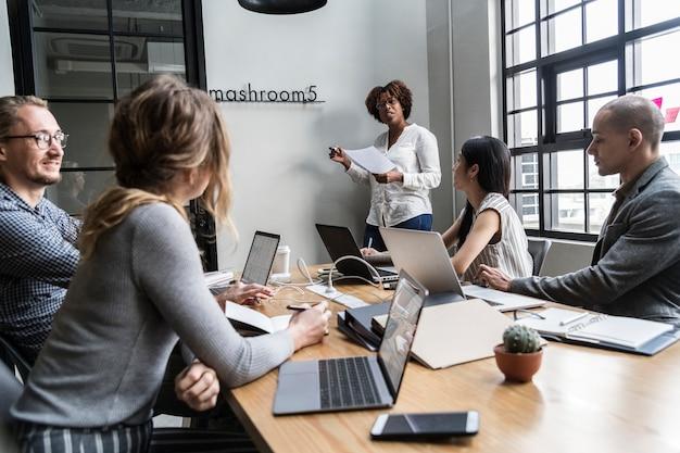 Grupo de personas diversas que tienen una reunión de negocios Foto gratis