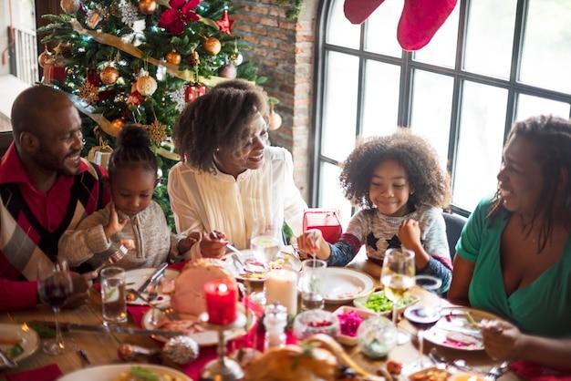 Grupo de personas diversas se reúnen para vacaciones de navidad Foto gratis