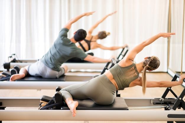Grupo de personas haciendo el ejercicio de pilates de sirena Foto Premium