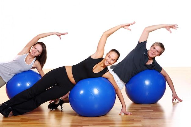 Grupo de personas haciendo ejercicios de fitness Foto gratis
