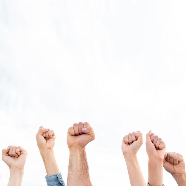 Grupo de personas protestando juntas Foto Premium