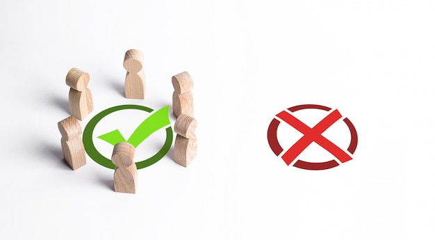 Un grupo de personas rodeó una marca de verificación verde, ignorando la x roja. la elección colectiva correcta, estrategia inteligente y previsión. profesionalismo, cooperación y colaboración. aprobación pública Foto Premium