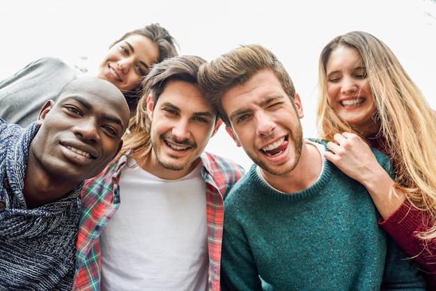 Grupo de personas sonriendo Foto gratis