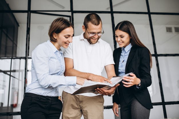 Grupo de personas trabajando en un plan de negocios en una oficina Foto gratis