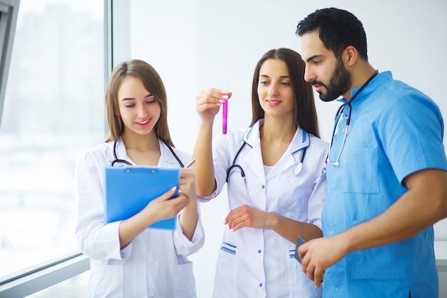 Grupo de practicantes del centro médico. Foto Premium
