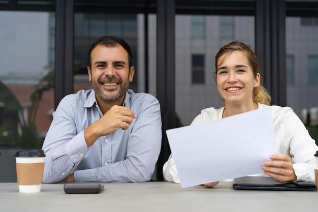 Grupo de profesionales exitosos revisando documentos. Foto gratis