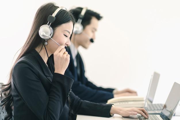 Grupo de telemarketing equipo de personal de servicio al cliente en call center Foto Premium