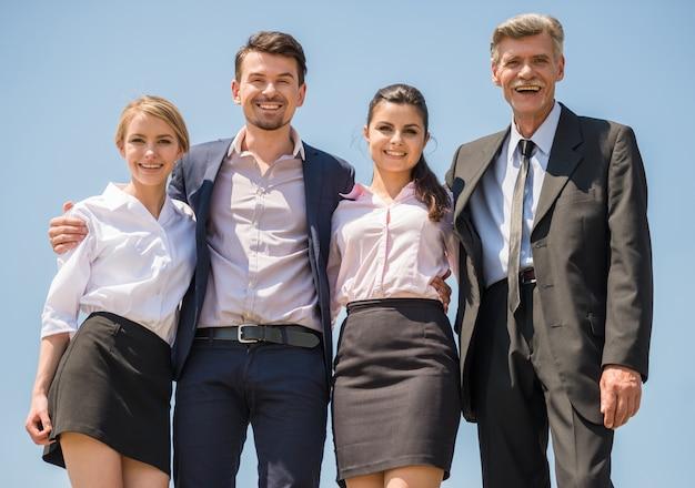 Grupo de trabajadores de oficina exitosos de pie. Foto Premium