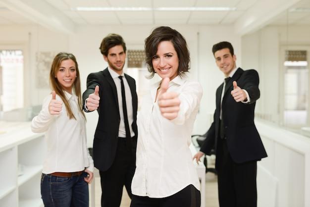 Grupo de trabajadores con el pulgar hacia arriba Foto gratis