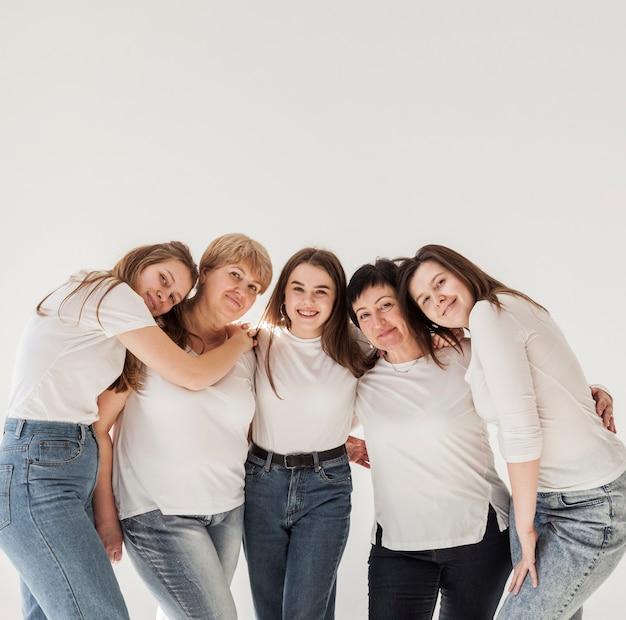 Grupo de unión de mujeres copia espacio Foto gratis