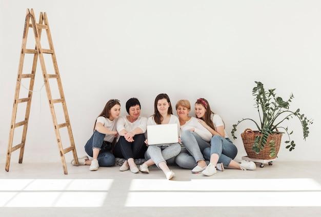 Grupo de unión de mujeres tiro largo Foto gratis