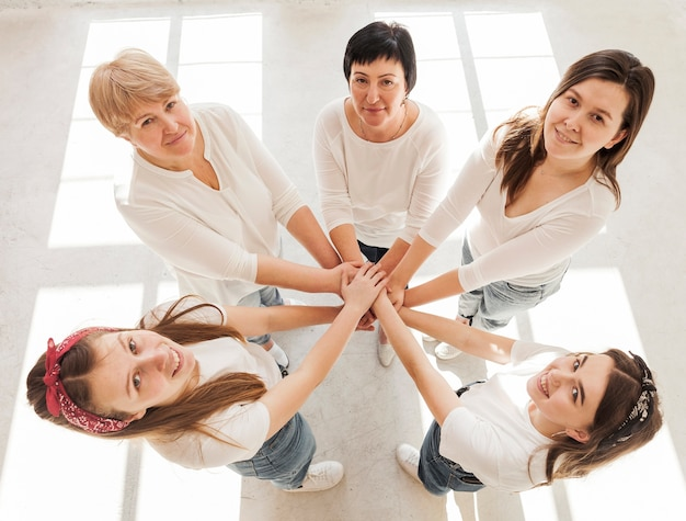 Grupo de unión de mujeres tomados de la mano Foto gratis